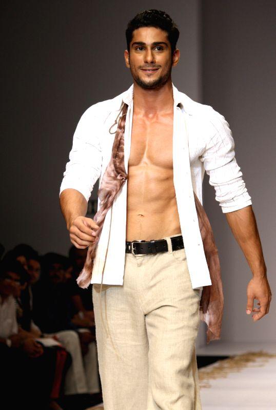 http://files.prokerala.com/news/photos/imgs/800/bollywood-actor-prateik-babbar-at-the-designer-26712.jpg