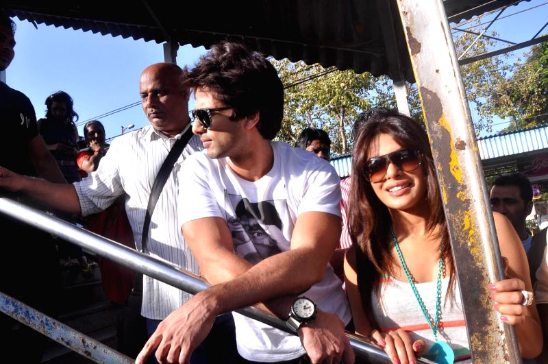 Bollywood actor Shahid Kapoor and  Priyanka board train from Marine Lines station - Shahid Kapoor