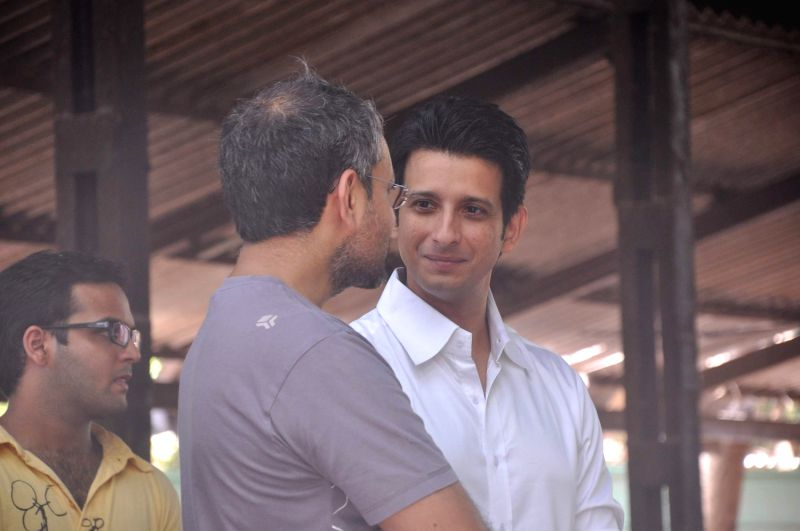 Bollywood actor Sharman Joshi at Rajkumar Hirani's father's funeral Municipal Hindu Cemetery in Santacruz Mumbai, India. - Sharman Joshi