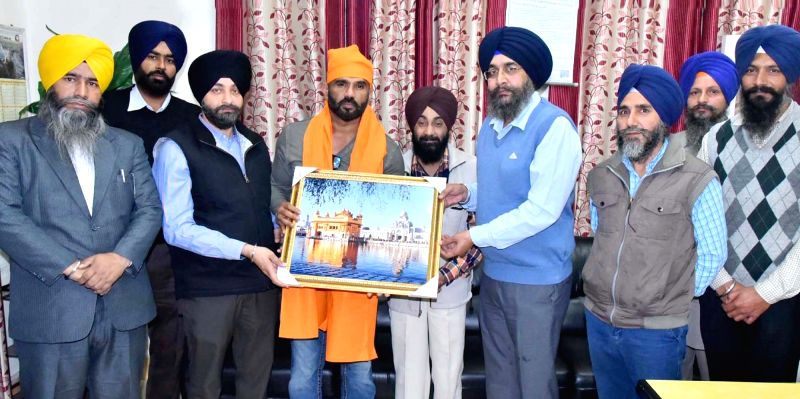 Bollywood actor Sunil Shetty being honored By SGPC members at Golden Temple in Amritsar on Dec. 5, 2015.