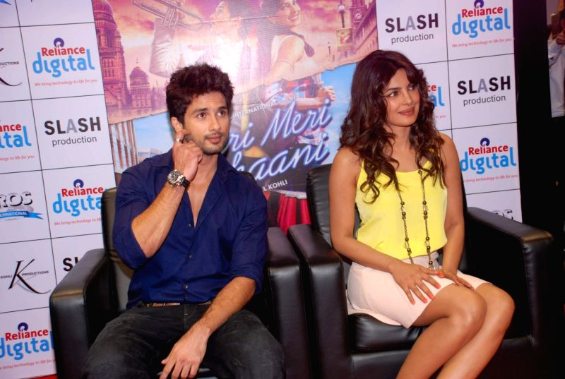Bollywood actors Shahid Kapoor and Priyanka Chopra promoting Teri Meri Kahaani at Reliance Digital in Andheri, Mumbai. - Shahid Kapoor and Priyanka Chopra