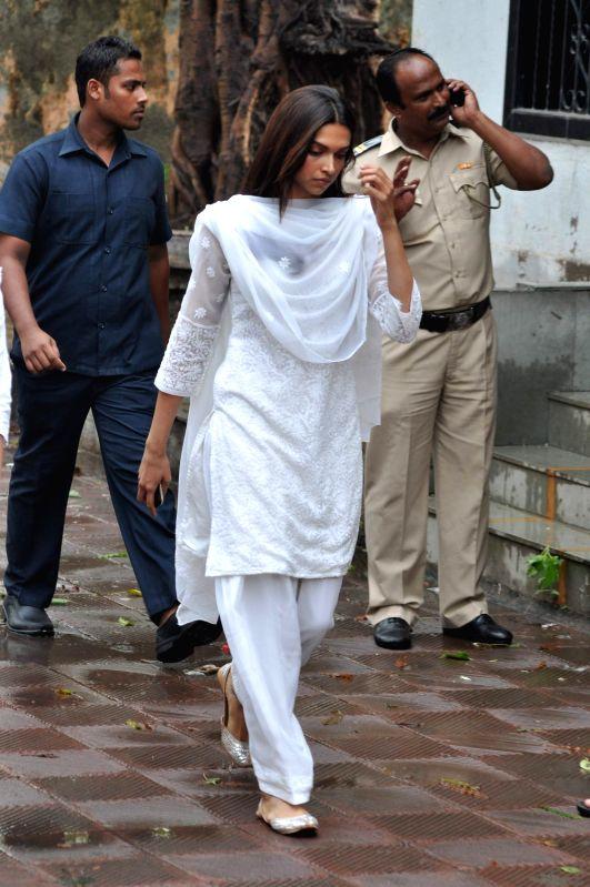 Bollywood actress Deepika Padukone attend the funeral of Bollywood actress Priyanka Chopra`s father Ashok Chopra who was cremated in Mumbai on June 10, 2013. - Deepika Padukone and Ashok Chopra