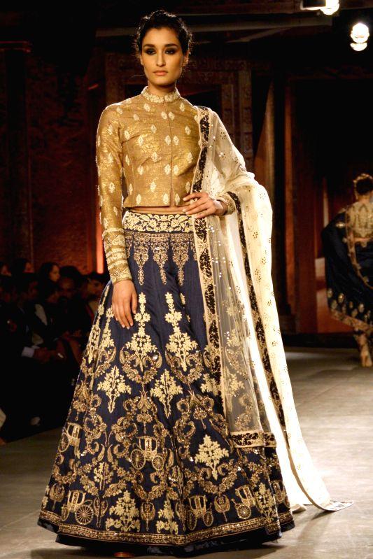 Bollywood actress Kangana Ranaut displays a collection from Indian designer Anju Modi at the India Couture Week 2014 in New Delhi, on July 16, 2014. - Kangana Ranaut and Anju Modi