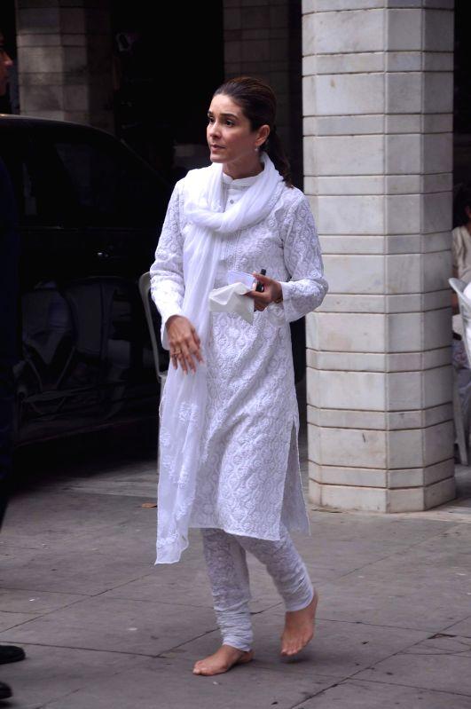 Bollywood celebrity at Raju Hirani`s father`s prayer meet.