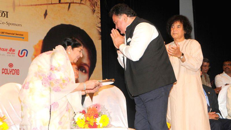 Bollywood singer Lata Mangeshkar and actor Rishi Kapoor during the 25th Master Dinanath Mangeshkar Puraskar in Mumbai on April 24, 2014. - Rishi Kapoor