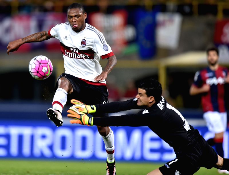 BOLOGNA, May 8, 2016 - Luiz Adriano (L)of AC Milan competes during the 2015-2016 season Serie A football match against Bologna in Bologna, Italy, May 8, 2016. AC Milan won 1-0.