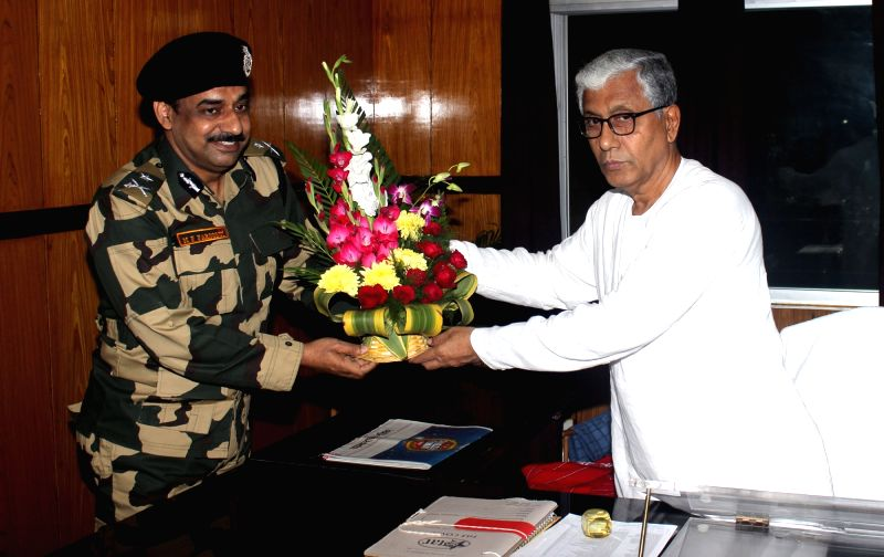 Border Security Force Deputy Inspector General MF Farooqui calls on Tripura Chief Minister Manik Sarkar in Agartala, on Dec 11, 2015. - Manik Sarkar