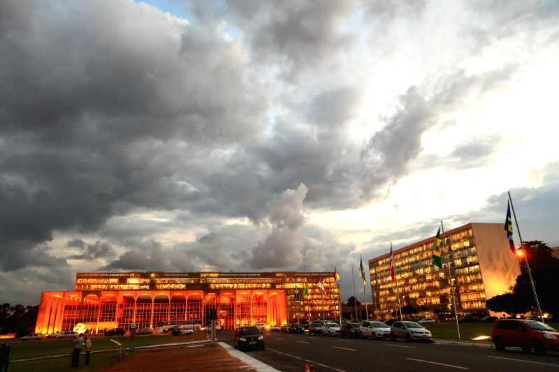 Photo taken on April 24, 2014 shows the cloud in Brasilia, capital of Brazil. Seated on the Goias plateau, the city enjoys a ever-changing scenery of cloud.