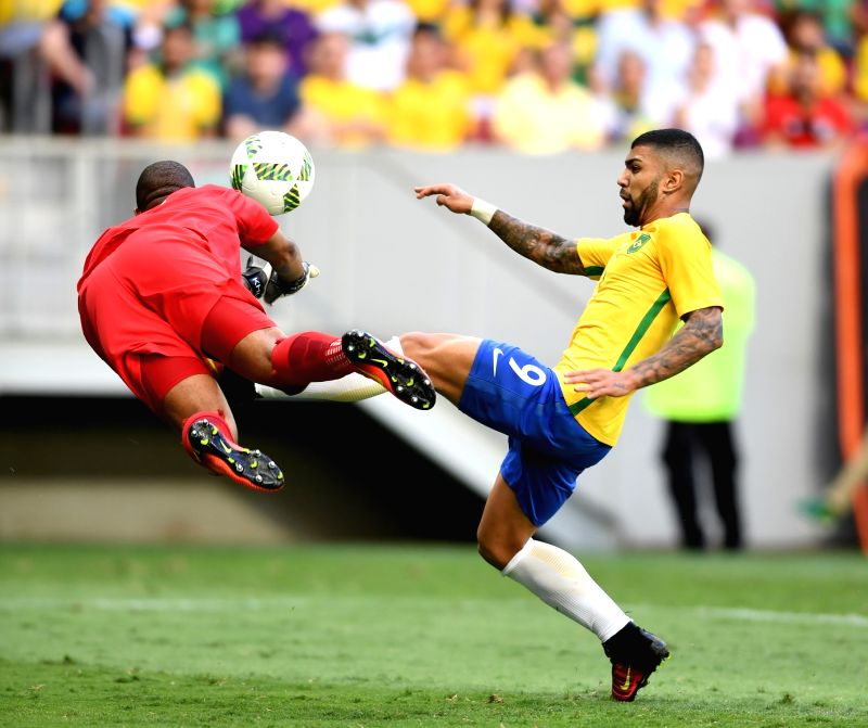 BRASILIA, Aug. 4, 2016 - Khune Itumeleng of South Africa (L) vies with Gabriel Barbosa of Brazil during the men's group A football match between Brazil and South Africa at the 2016 Olympic Games, in ...
