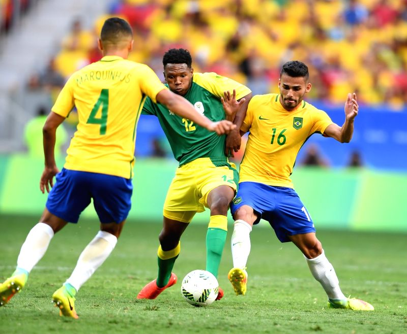 BRASILIA, Aug. 4, 2016 - Thiago Maia of Brazil (R) vies with Mothiba Lebo (C) during the men's group A football match between Brazil and South Africa at the 2016 Olympic Games, in Brasilia, Brazil, ...