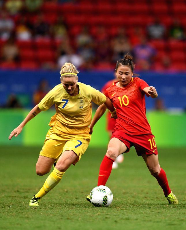 BRASILIA, Aug. 9, 2016 - Yang Li (R)  of China competes with Lisa Dahlkvist of Sweden during the women's Group E match of football at the 2016 Olympic Games, in Brasilia, Brazil, on Aug. 9, 2016. The ...