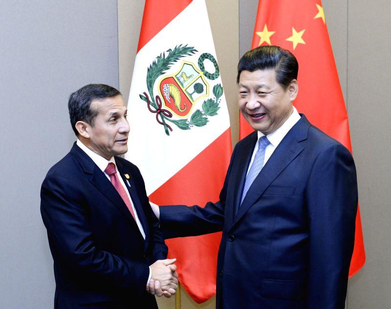 Chinese President Xi Jinping (R) meets with Peruvian President Ollanta Humala in Brasilia, Brazil, July 16, 2014.  Xinhua/Liu Jiansheng/IANS)