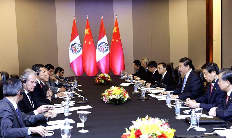 Chinese President Xi Jinping (3rd R) meets with Peruvian President Ollanta Humala in Brasilia, Brazil, July 16, 2014.
