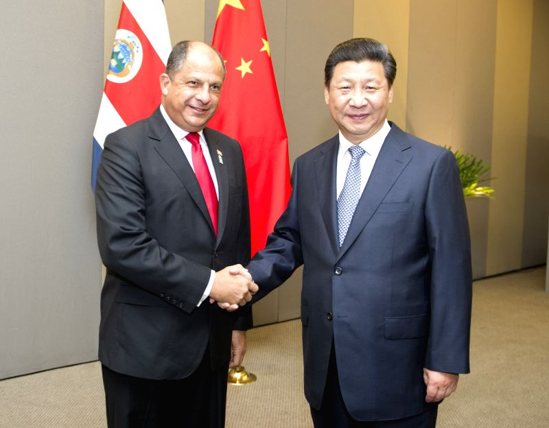 Chinese President Xi Jinping (R) meets with Costa Rican President Luis Guillermo Solis in Brasilia, Brazil, July 16, 2014.