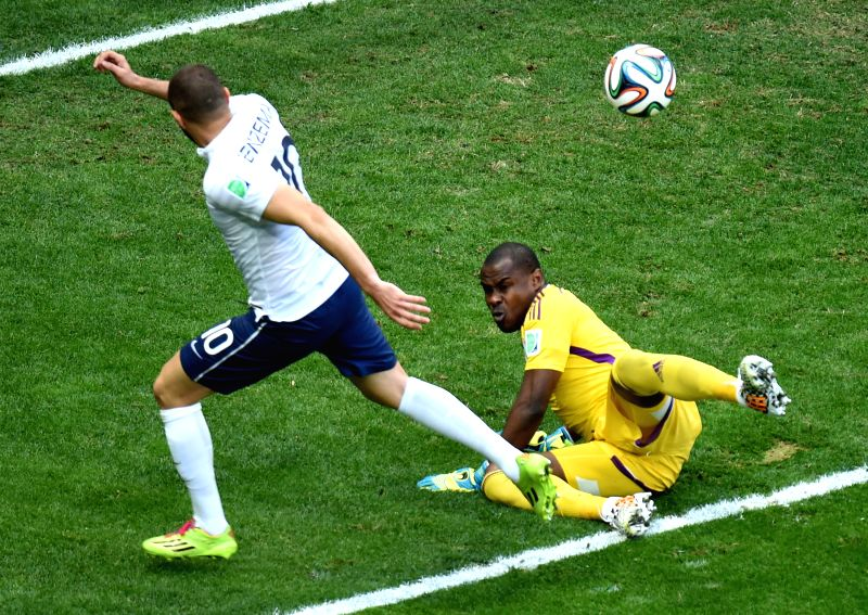 Nigeria's goalkeeper Vincent Enyeama stops France's Karim Benzema (L) from shooting during a Round of 16 match between France and Nigeria of 2014 FIFA World Cup at