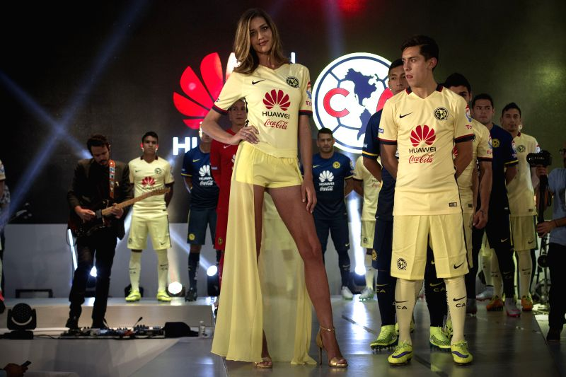 Brazilian model Ana Beatriz Barros (L, front) participates during the presentation of the new sponsor of America Football Club, the Chinese telecommunications ... - Ana Beatriz Barros
