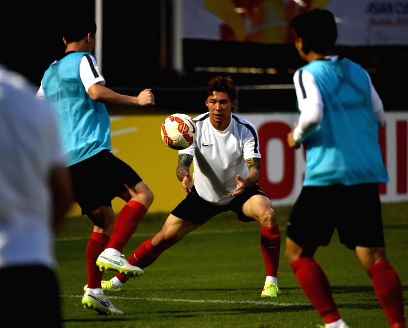 Zhang Linpeng (C) of China attends a training session prior to the group match against Uzbekistan at the AFC Asian Cup in Brisbane, Australia, Jan. 13, 2015. ...