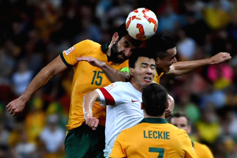 China's Sun Ke (C) heads for the ball with Australia's Mile Jedinak (L) during the quarterfinal match at the 2015 AFC Asian Cup in Brisbane, Australia, Jan. 22, ...