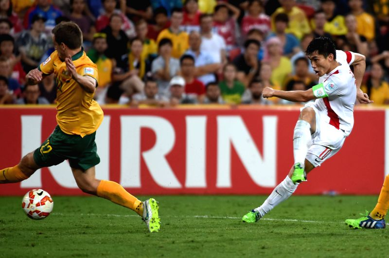 China's Zheng Zhi (R) shoots during the quarterfinal match against Australia at the 2015 AFC Asian Cup in Brisbane, Australia, Jan. 22, 2015. China lost the match ..