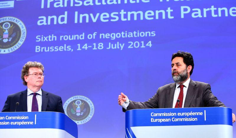 EU chief negotiator Ignacio Garcia Bercero (R) and U.S. chief negotiator Dan Mullaney, address the media at the end of the sixth round of the Transatlantic Trade ..