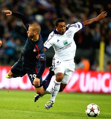 : BRUSSELS, Oct. 3, 2013 (Xinhua/IANS)Anderlecht's Youri Tielemans (R) vies with Olympiakos' Vladimir Weiss during their UEFA Champions League football match in Brussels, Belgium, Oct. ...