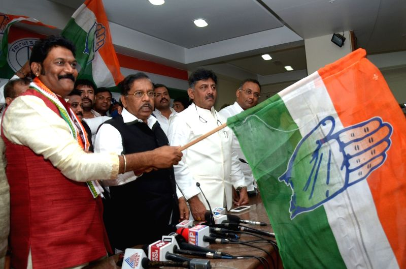 BS Anand Singh, who recently quit BJP joins Congress party in the presence of Karnataka Chief Minister and Congress leader Siddaramaiah and Karnataka Congress President Dr. G Parameshwar ... - Anand Singh