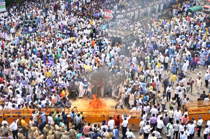 BSP wokers stage a demonstration against BJP leader Dayashankar Singh for his derogatory remarks against party supremo Mayawati in Lucknow on July 21, 2016. - Dayashankar Singh