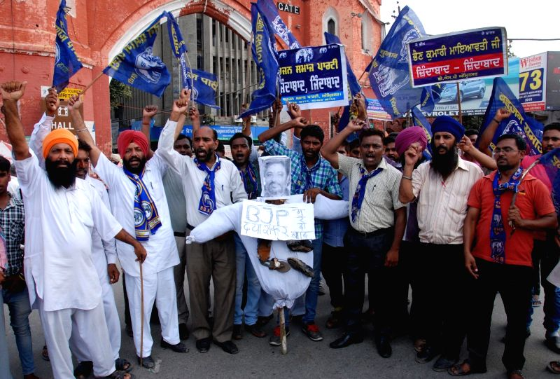BSP wokers stage a demonstration against expelled BJP leader Dayashankar Singh for his derogatory remarks against party supremo Mayawati; in Amritsar on July 22, 2016. - Dayashankar Singh