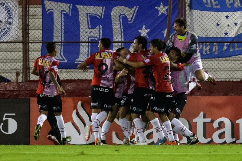 Huracan's players of Argentina, celebrate the Federico Mancinelli?s scoring during the match of Copa Libertadores against Brazil's Cruzeiro, in the Tomas ...