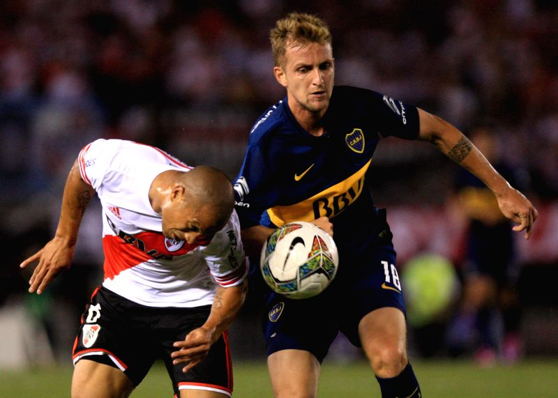 Buenos Aires (Argentina): River Plate's Carlos Sanchez (L), vies tha ball with Nicolas Colazo of Boca Juniors, during the semifinal match of the South American Cup, held at Antonio Vespucio Liberti ..