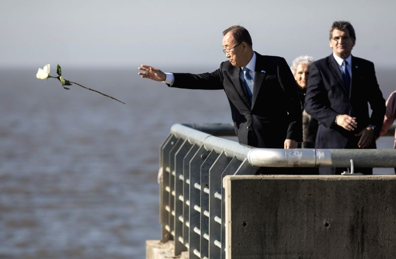 BUENOS AIRES, Aug. 10, 2016 - United Nations Secretary-General Ban Ki-moon (L) throws a flower to La Plata River in the Park of the Memory in Buenos Aires, Argentina, on Aug. 9, 2016. The victims of ...