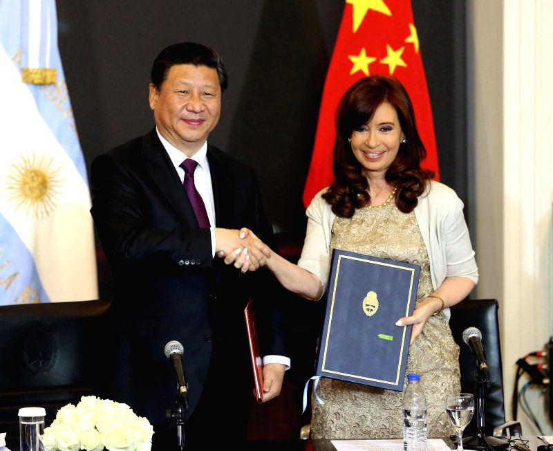 Chinese President Xi Jinping (L) shakes hands with Argentine President Cristina Fernandez de Kirchner during the signing of a joint statement after their talks