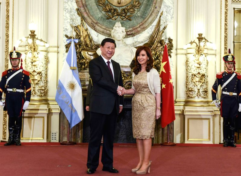 Chinese President Xi Jinping (L) shakes hands with Argentine President Cristina Fernandez de Kirchner during a welcoming ceremony before their talks in Buenos .