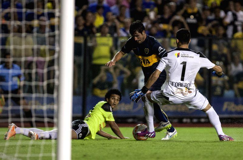 Nicolas Lodeiro (C) of Argentia's Boca Juniors, breaks through during the Copa Libertadores match against Zamora of Venezuela, in the Alberto J. Armando ...
