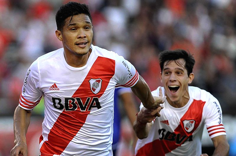 River Plate's Teofilo Gutierrez (L) celebrates a score during the match corresponding to the first division championship of the Argentine soccer against Godoy ...