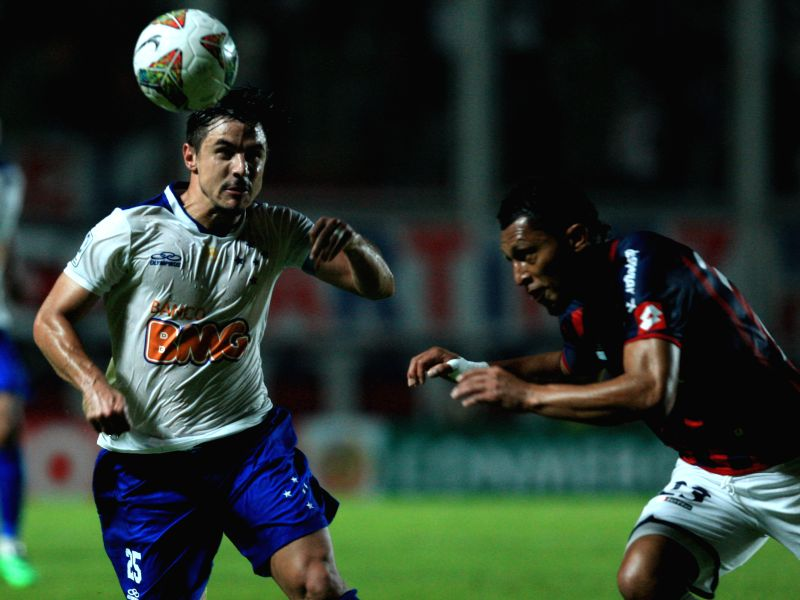 San Lorenzo's Carlos Valdes (R) vies for the ball with Cruzeiro's William (L), during their first leg quarterfinal match of the 2014 Libertadores Cup at Pedro ...