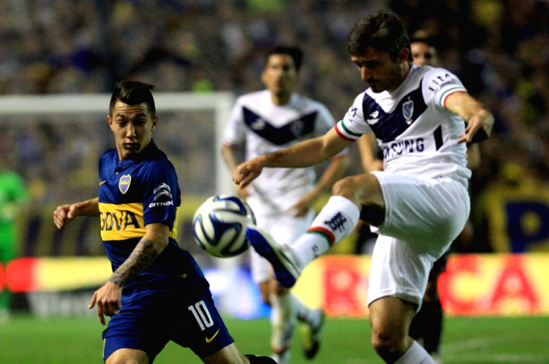 The player Luciano Acosta (L) of Boca Juniors, vies the ball with Emiliano Papa (R) of Velez Sarsfield, during the match of the Argentinean First Division ...
