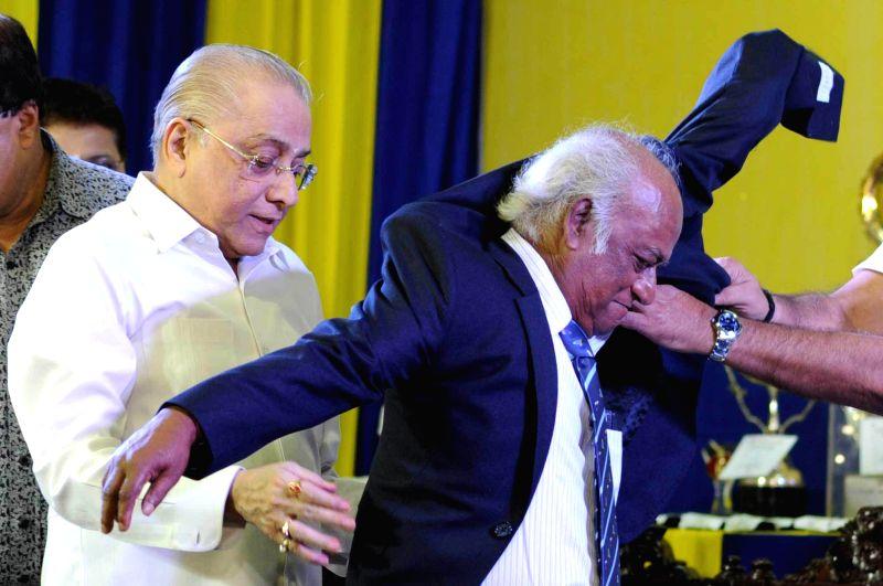 CAB president Jagmohon Dalmia honouring Soumendra Nath Kundu (R) during CAB annual prize distribution ceremony in Kolkata on July 26, 2014. - Soumendra Nath Kundu