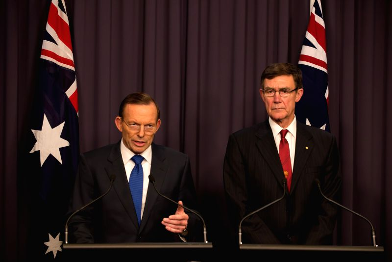 Australian Prime Minister Tony Abbott (L) makes the announcement about MH370 search at a joint press conference with Chief Coordinator of Joint Agency ...