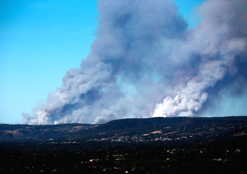 Photo taken on Jan. 2, 2015 shows the bushfire producing heavy smoke in Adelaide Hill area, Australia. South Australia and Victoria have reported bushfire in many ..