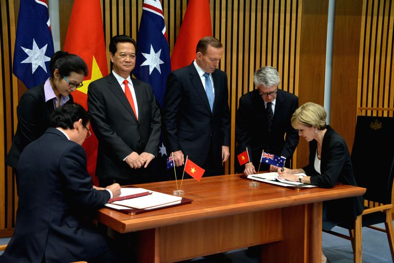 Visiting Vietnamese Prime Minister Nguyen Tan Dung (3rd L) and Australian Prime Minister Tony Abbott (3rd R) witness the signing of a friendship agreement at the ... - Nguyen Tan Dung