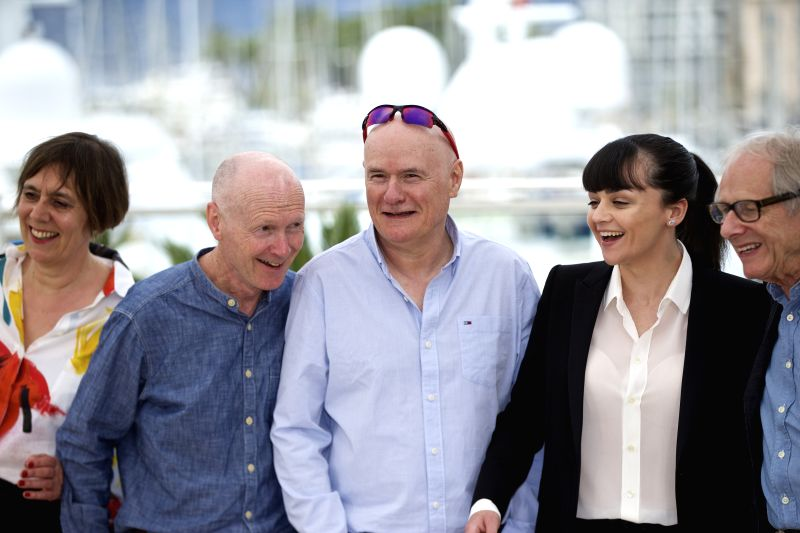 CANNES, May 13, 2016 - Director Ken Loach (1st R) poses with actor Dave Johns (C), actress Hayley Squires (2nd R), producer Rebecca O'Brien (1st L) and screenwriter Paul Laverty (2nd L) during a ... - Dave Johns