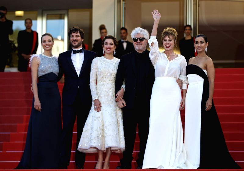 CANNES, May 17, 2016 - Director Pedro Almodovar (3rd R), cast members Inma Cuesta (1st R), Emma Suarez (2nd R), Adriana Ugarte (3rd L), Daniel Grao (2nd L) and actress Michelle Jenner (1st L) pose on ... - Michelle Jenner