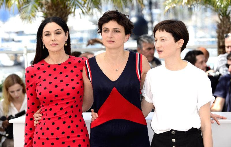 """Italian actress Monica Bellucci, Italian director Alice Rohrwacher and Italian actress Alba Rohrwacher (from L to R) pose during the photocall for """"Le ... - Monica Bellucci"""