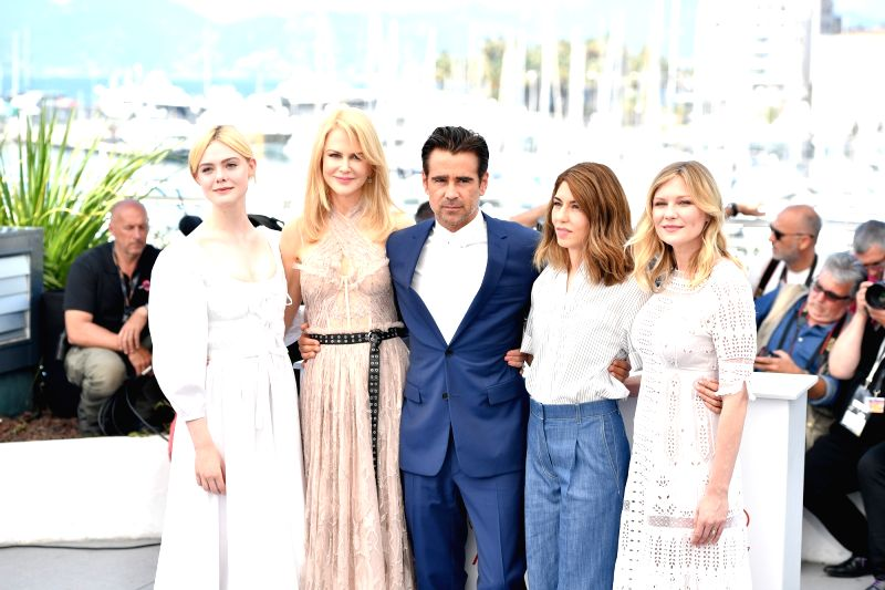 """CANNES, May 24, 2017 - Actress Elle Fanning, actress Nicole Kidman, actor Colin Farrell, director Sofia Coppola and actress Kirsten Dunst (from L to R) of the film """"The Beguiled"""" pose for a ... - Elle Fanning"""