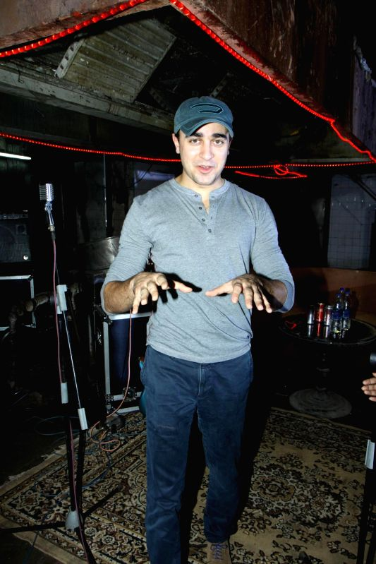 Caption1 : Actor Imran Khan during the making of the music video 'Gimme Pizza' for the 3D horror thriller 'Pizza' in Mumbai on June 22, 204. - Imran Khan