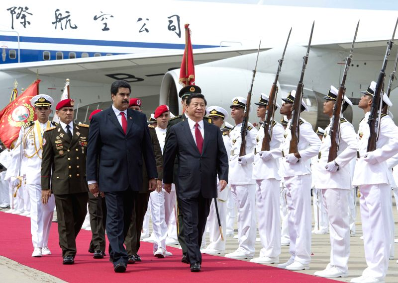 Chinese President Xi Jinping (C) attends a welcoming ceremony held for him by his Venezuelan counterpart Nicolas Maduro (L Front) in Caracas July 20, 2014. Chinese .