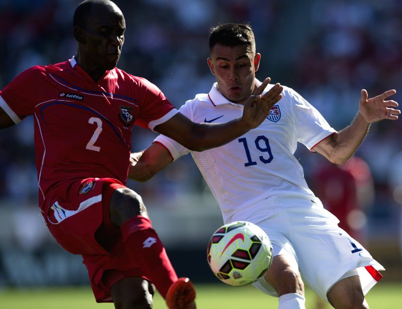 Miguel Ibarra (R) of the United States vies with Leonel Parris of Panama during a soccer friendly match between the US and Panama in Carson City, the US, Feb. 8,