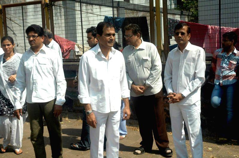Celebs at Raj Kanwar's funeral meet in Oshiwara on 5th Feb 2012.