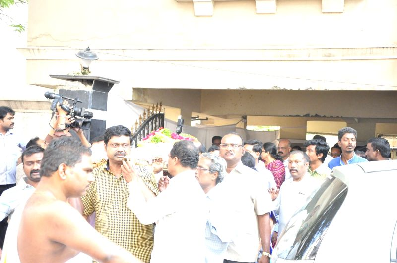 Celebs pay tribute to Kondavalasa Laxmana Rao